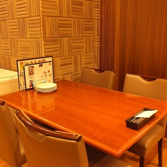 使い勝手抜群のテーブル席(土日祝ランチは全席禁煙)