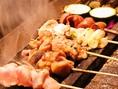 炭火で焼き上げる、厳選した鶏肉を使用した至極の串の数々。