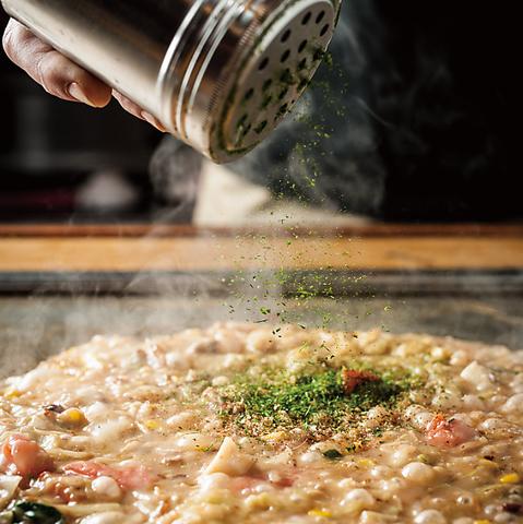 出汁にこだわって鉄板で焼き上げるお好み焼き。老舗名店を受け継いだ、本場大阪の味。