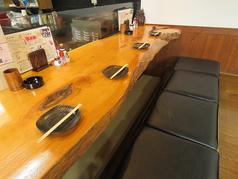 カウンター席のイス、カウンター席の掘りごたつ席と2種類ございます。