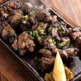 地鶏の表面をこんがり、なかをふっくらジューシーに焼き上げます。じっくりと焼き上げることで、旨味もギュッと閉じ込めるため、噛みしめた瞬間の肉汁は甘味さえも感じる濃厚な味わい。香ばしい地鶏肉の香りも食欲をそそる逸品になります。九州を代表する地鶏料理も本格的な味でお届けいたします。