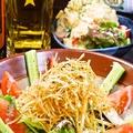 料理メニュー写真揚げたてポテトとスモークベーコンのシーザーサラダ