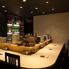 広々としたカウンター席はたくさん料理を頼んでもゆったり楽しめます。ごゆっくりお過ごし下さい♪