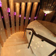 階段を下りるとそこには幻想的な空間が♪♪ 完全個室で主役をおもてなし★落ち着いたお席で周りを気にせず楽しめること間違いなし!お客様に楽しいお時間をすごしいていただくために演出もさせていただきます♪ お問合せはお早めに!