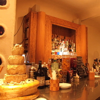 お酒がずらりと並んだカウンター席には大きな噴水が…