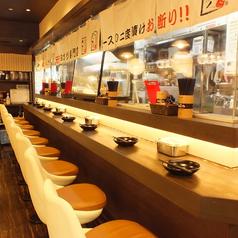 串カツを楽しむならカウンター席もおすすめです!!目の前で串職人が串カツを揚げます!そして揚げたてアツアツをそのままカウンター越しにご提供!ライブ感たっぷりで常連さんはもちろん、観光のお客様にも大人気のお席です!梅田で串カツを楽しむならぜひ「いっとく 大阪駅前第1ビル店」をご利用ください!