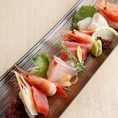■市場から直送される新鮮な魚介をふんだんに使用したお造り盛り合わせや、串焼きなど当店自慢の炙り料理は種類豊富!プレミア銘柄を含む自慢の焼酎は、なんと50種類以上でご用意しております!