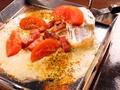 料理メニュー写真厚切りベーコンととまちーのイタリアン鉄板