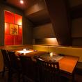 間接照明の光が優しい店内は赤と黒を基調としたモダンな雰囲気。プライベート個室席を完備しているので、周りを気にせずお食事をお楽しみくださいませ。