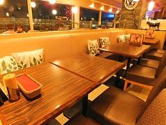 テーブルは4名様♪家族でもお楽しみ頂けるソファ席です☆