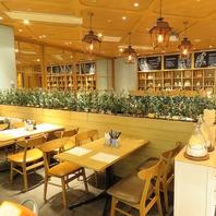 自然の温かさや観葉植物の緑が調和された温かい店内