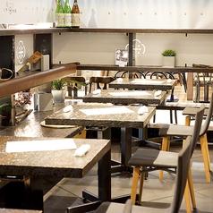 開放感あるテーブル席は4名~大人数迄OK。お気軽にお問い合わせください。