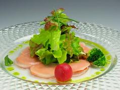 季節の材料を添えたサラダ