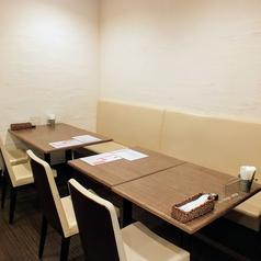 一つのテーブルで5名様までご案内できます。二つのテーブルを接続すると、12名様の団体様のお迎えもできます♪