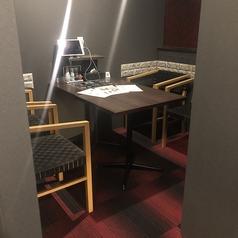 2~4名様の半個室造りテーブル席。