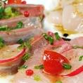 《産直鮮魚のカルパッチョ》は、《SUMIYA 新宿》に来られたらまずお召し上がりいただきたい逸品。和歌山県串本漁港を軸に各地から仕入れた旬の魚を使っています。
