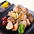 料理メニュー写真銘柄鶏瓦焼き三種盛り合わせ