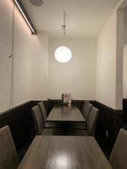 テーブルの間には仕切りを設置しております。外して団体でのご利用も可能です!