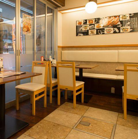 キレイで明るいテーブル席の様子。スカイツリーが目の前に見える窓際のお席は人気のお席です。また、夜のスカイツリーは綺麗でムード満点!ご予約はお早めにお取りください。