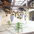 店内には京都市動物園や京都府警察署等の壁画を手掛けている木村英輝氏の作品が階段や坪庭など至るところに!落ち着いた和風の空間やお洒落な内観、中庭の見える個室、ゆったり寛げる掘りごたつのお席など、皆様にお寛ぎ頂ける空間をご用意しております。