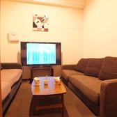 【roomF】 落ち着いた雰囲気。対面形式の部屋です。ビジネスにも打ち合わせにもぴったりです。6名様前後まで。・55インチTV設置済、PCや無料レンタルのスマホケーブルをTVに繋いで大画面をモニター代わりに利用することも無料で可能!・ブルーレイ・DVDプレーヤー設置・全店内、無線LANの無料利用可能!