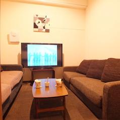 【roomF・/G】 落ち着いた雰囲気。対面形式の部屋です。ビジネスにも打ち合わせにもぴったりです。6名様前後まで。・55インチTV設置済、PCや無料レンタルのスマホケーブルをTVに繋いで大画面をモニター代わりに利用することも無料で可能!・ブルーレイ・DVDプレーヤー設置・全店内、無線LANの無料利用可能!
