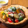 料理メニュー写真たっぷりグリル野菜のダッチベイビー バーニャカウダソース