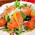 料理メニュー写真スモークサーモンと生ハムのイタリアンサラダ