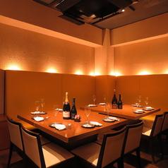 全25席というこぢんまりとした店内ながら、カウンター、半個室、テーブル席の3つの空間をご用意。シャンパーニュメインのパーティも可能。