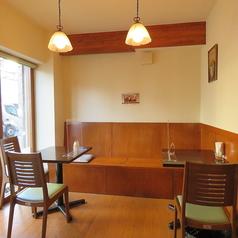 店内入口横には、2名様がけのテーブル席が3卓ございます。