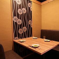 プライベート感たっぷりの完全個室は大人気。こちらのテーブル個室はソファー席になっており、ゆっくりとお寛ぎいただけます。(4席×8室、3席×2室)