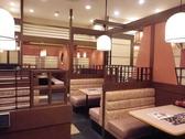 店内は白と茶色をベースにした明るく落ち着ける空間。