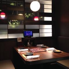 落ち着いた店内空間にあるテーブル席は個室ではなくとも、ゆったりとお食事を楽しむことが可能です。宴会コースや美味しい逸品料理、種類豊富なドリンクをご用意してお待ちしております。
