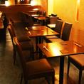 グループでのご利用に最適◎お席は自由に組み合わせ可能◎お気軽にお申し付けください。木の温もり感じるお席をご用意しております。
