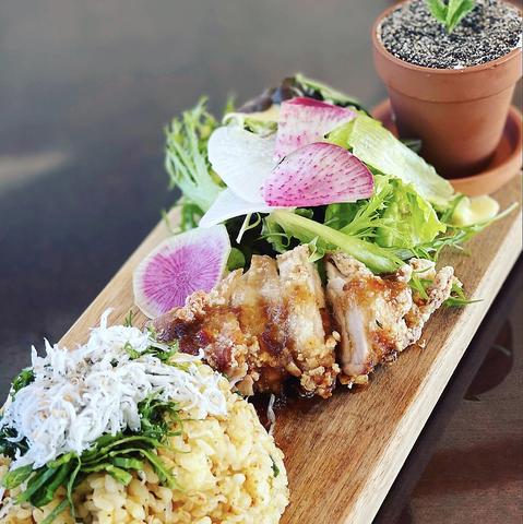 地元で獲れた鮮魚や旬のお野菜をシェフが腕によりをかけ美味しい創作料理に仕上げます