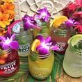 思わず写真を撮りたくなる「トロピカルドリンク」。ココナッツやマンゴー、パイナップルを中心とした南国フルーツと花をあしらい、可愛らしい一杯にしました!