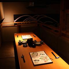 店内を見渡せる階段状に配置された雛壇席♪テーブル席で、ゆっくりお過ごしいただけます。