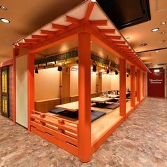 世界遺産「厳島神社」を彷彿させるお席です。ちょっとした集まりや会合に使いやすい掘りごたつ♪さまざまなタイプのお席多数ご用意!