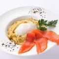 料理メニュー写真スモークサーモンと温泉卵のカルボナーラ