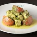 料理メニュー写真トマトと豆腐のバジルソースサラダ