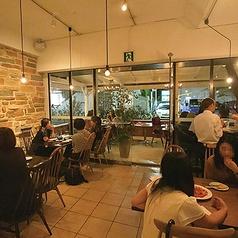 あたたかみのあるレンガの壁と木製テーブルが心地よい雰囲気の店内。オープンキッチンからいい香りが漂ってきます…。
