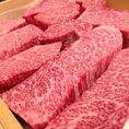 香川県産「オリーブ牛」、熊本県産「あか牛」や北海道産の牛など全国各地からこだわった国産牛の赤身肉が集まります。