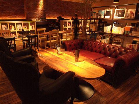 一番人気のソファー席。女子会や合コンにぴったり★間接照明が大人な雰囲気を醸し出します。