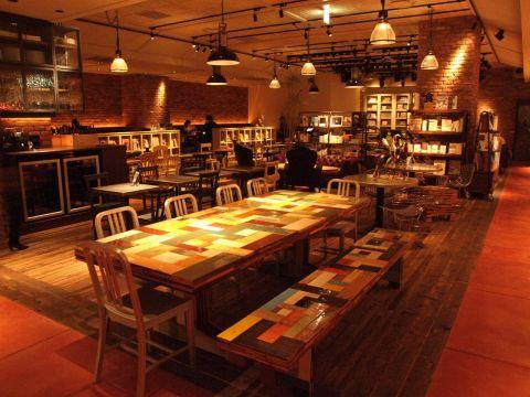 かわいいインテリアに囲まれた店内。いろんなデザインのテーブルがたくさん!人数に合わせてご案内いたします。