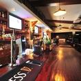 お洒落なカウンターで世界のビール、ワイン、ウイスキーなどを楽しむ!!