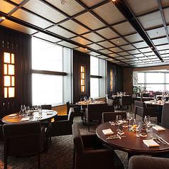 広々とした空間の中でお食事をお楽しみいただけるテーブル席をご用意しております。丸テーブルの為、会話を楽しみながらお食事をお楽しみいただけます。