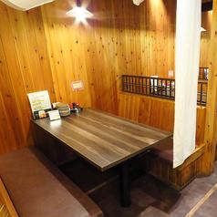 のれんをおろして半個室風で楽しめるテーブル席です。早い時間から、お客様で埋まる人気のお席です!