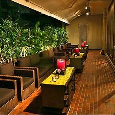 夜のテラス席は開放感抜群!テーブル席と選択ができますよ♪テラスBBQも大好評!ご予約はお早めに!
