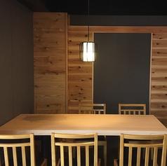 木材のぬくもりが落ち着く空間を作り出す。6名様用テーブル席は2つご用意しております。ご家族でも同僚との飲み会でもお使いいただけます。