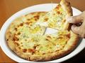 料理メニュー写真4種のチーズピッツァ ハチミツを添えて